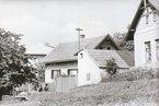 Takto vypadaly dva poslední domy Na Obci v 70. letech.